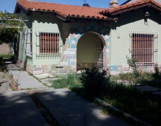 Vendo casa sobre Av. Hipolito Yrigoyen.