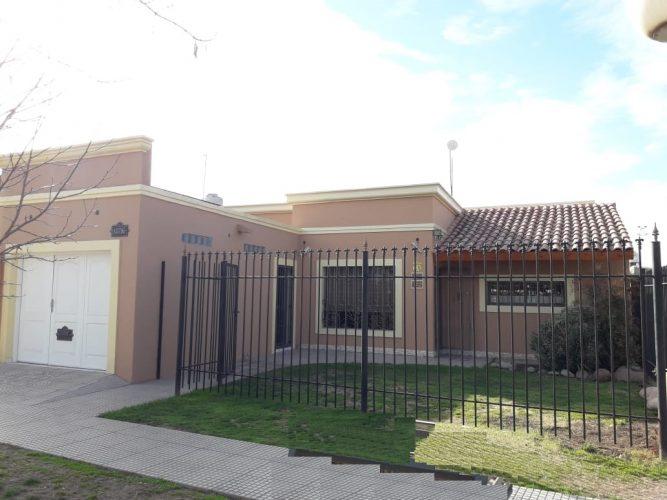 Casa seminueva sobre calle Adolfo Calle, San Rafael.